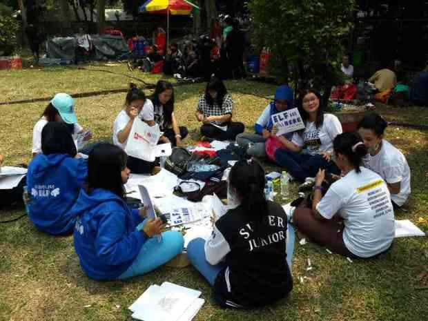 panitia + volunteer melakukan finishing pada pagi hari (23 Agustus 2014) di sekitar venue (GBK)
