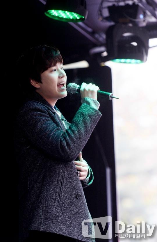 141128_kyuhyun_surprise_mini_concert (10)