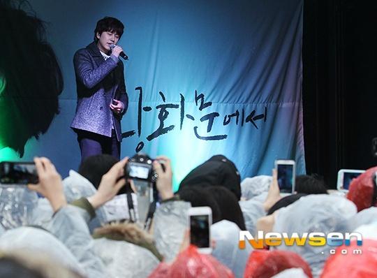 141128_kyuhyun_surprise_mini_concert (12)