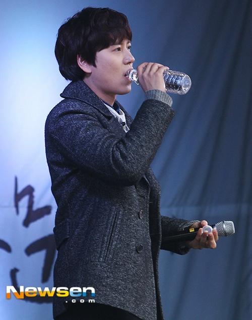 141128_kyuhyun_surprise_mini_concert (7)