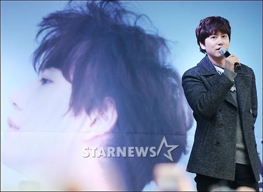141128_kyuhyun_surprise_mini_concert (9)