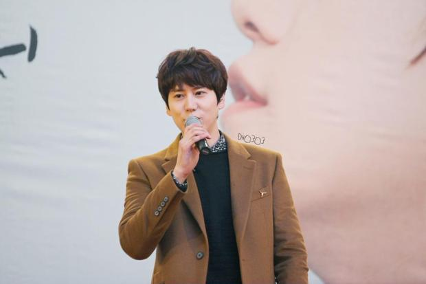 141203-kyuhyun-lotte-fan-sign-mini-concert (1)