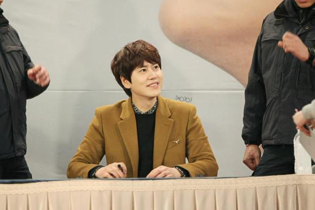 141203-kyuhyun-lotte-fan-sign-mini-concert (2)