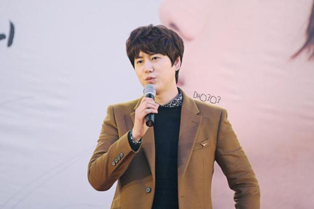 141203-kyuhyun-lotte-fan-sign-mini-concert (4)