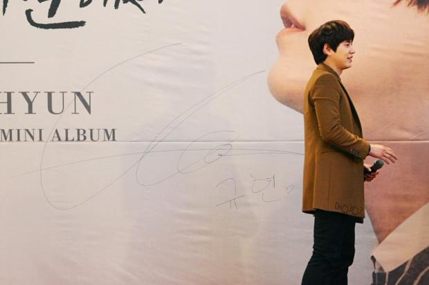 141203-kyuhyun-lotte-fan-sign-mini-concert