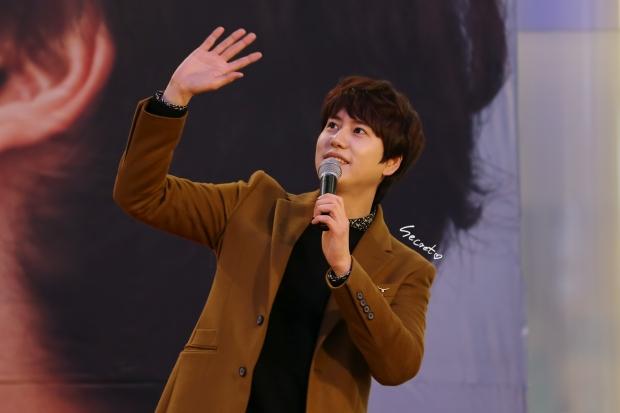 141203-kyuhyun-mini-concert-fan-sign-lotte