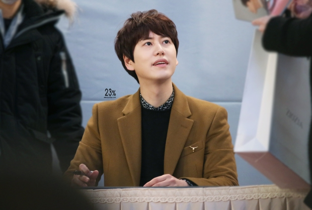141203_kyuhyun-mini-concert-fan-sign-lotte (1)