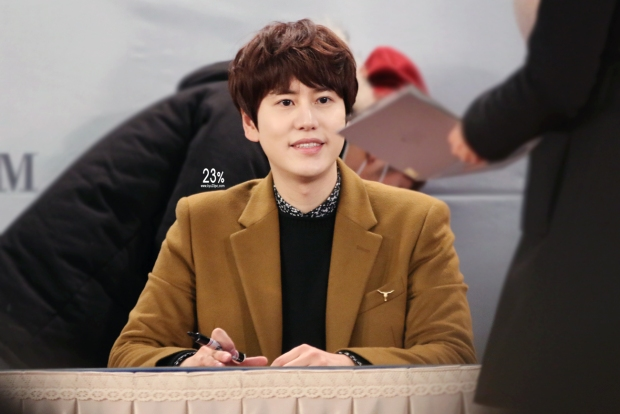 141203_kyuhyun-mini-concert-fan-sign-lotte