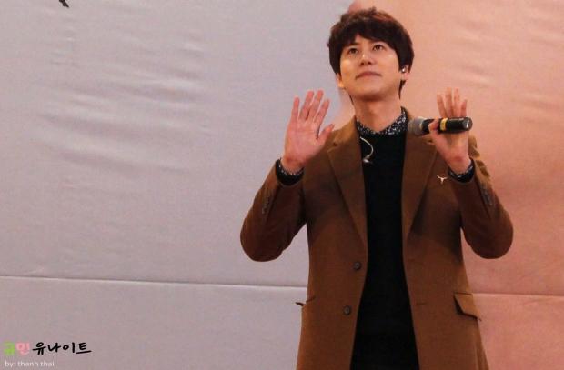 141203_kyuhyun_mini_concert_fan_signing (2)