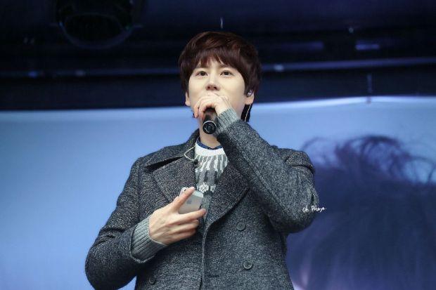 141128_kyuhyun_Surprise_mini_concert_at_gwanghwamun (1)