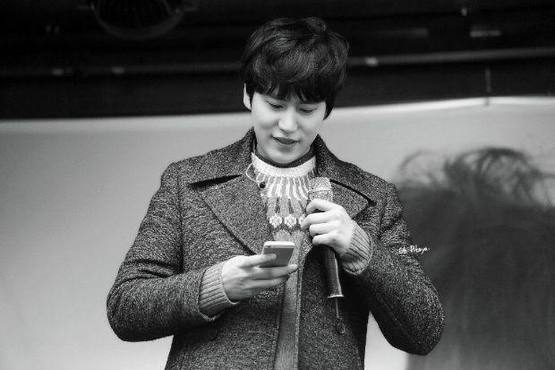 141128_kyuhyun_Surprise_mini_concert_at_gwanghwamun