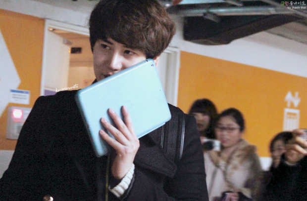 150213_kyuhyun_after_robin_hood_musical (5)