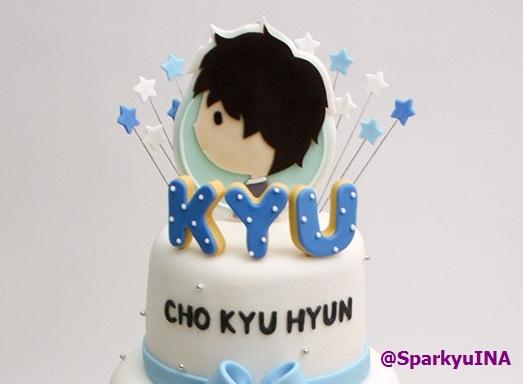 """Top layernya kami kasi fanart """"At Gwanghwamun"""" dengan cookies inisial KYU. Menandakan puncak karir KYU saat merilis album """"At Gwanghwamun"""". Dekorasinya kami kasi bintang-bintang, agar Kyu selalu bersinar dalam karir dan hidupnya ^^"""
