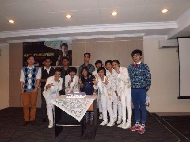 Perayaan Kyuhyun's 9th Debut Anniversary (tiup lilin+potong kue)