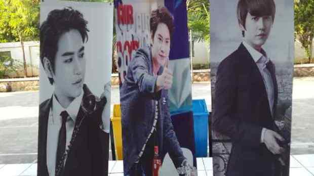 x-banner yang dipajang di venue gathering